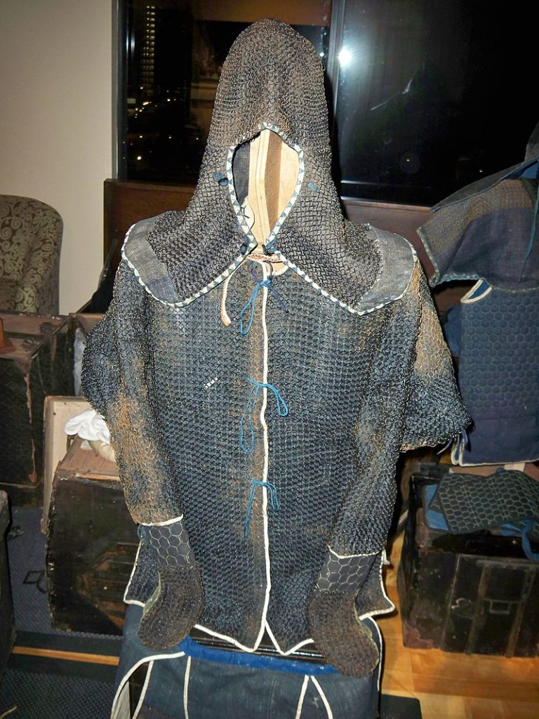 Armură antică de ninja din perioada kusari katabira. Autor Samuraiantiqueworld, sursă Wikipedia.