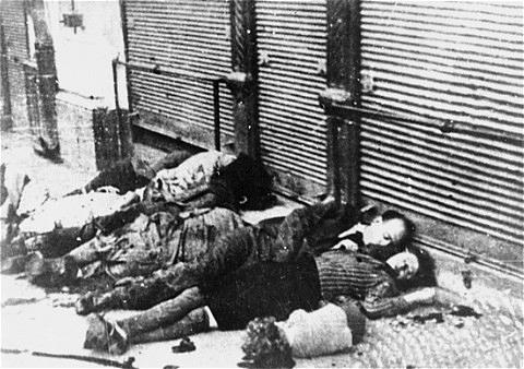 Evrei ucişi în stradă la Iaşi în 29 iunie 1941. Sursă Cartea Neagră, Wikipedia.