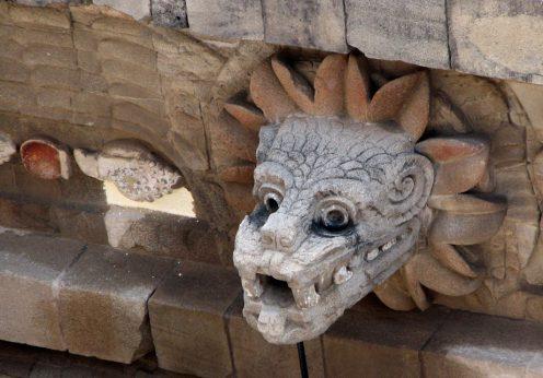 Busto_quetzalcóatl_en_Teotihuacán_(cropped)